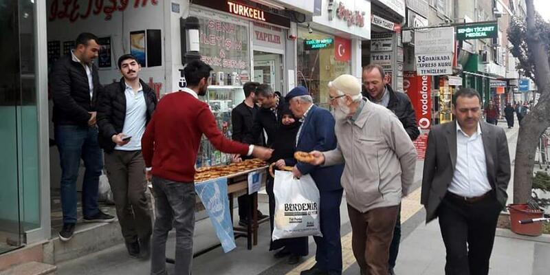 Tokat'ta Ülkü Ocakları vatandaşa simit ikramında bulundu
