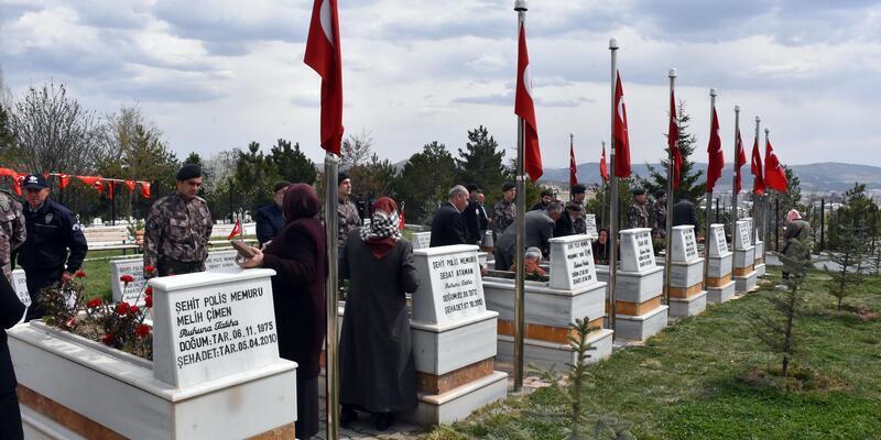 Sivas'ta polislerden şehitlik ziyareti