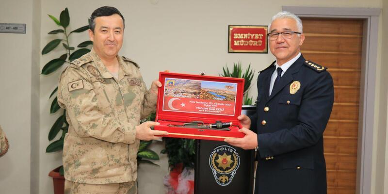 Tuğgeneral Özfidan'dan Müdür Ekici'ye komando hediyesi