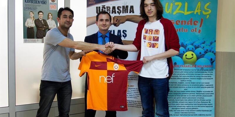 Çarptığı yayayı Galatasaray formasıyla şikayetçi olmamaya ikna etti