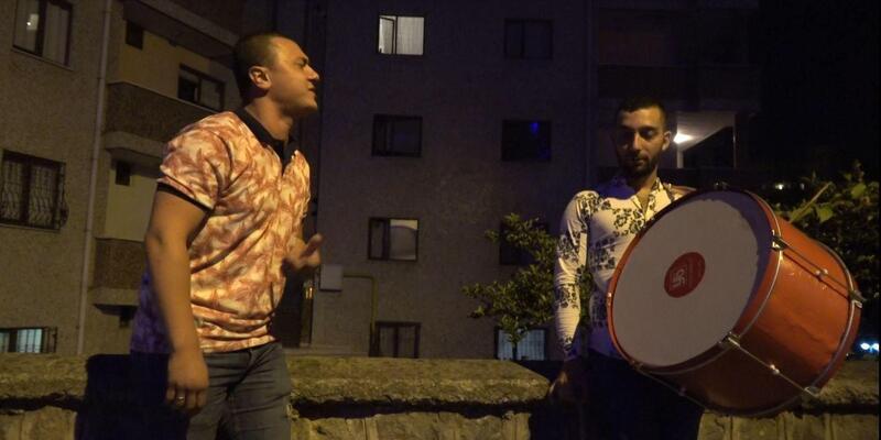Sahurda davul eşliğinde Yıldız Tilbe şarkıları seslendiriyor