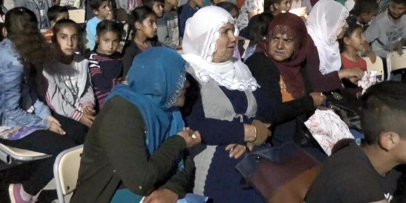 Midyat'ta köy çocukları açık havada ilk kez sinema filmi izledi