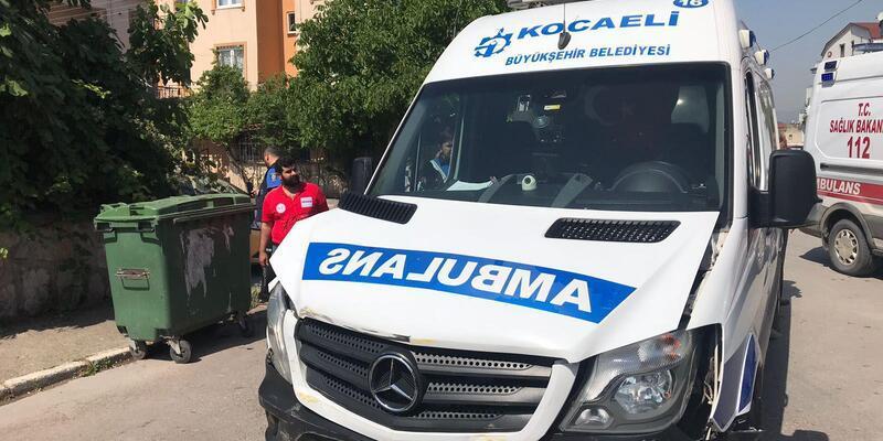 Ambulans ile ticari taksi çarpıştı