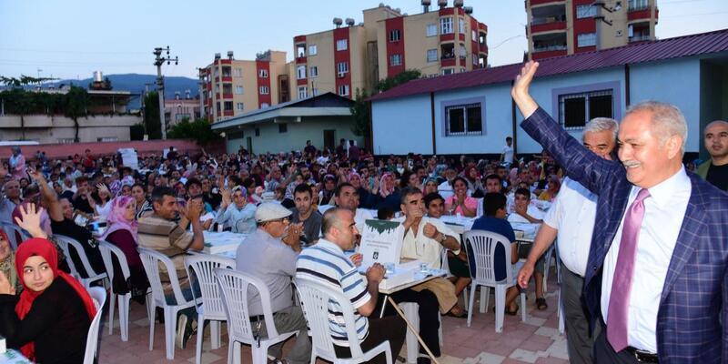 Binlerce vatandaş okul bahçesinde iftar yaptı