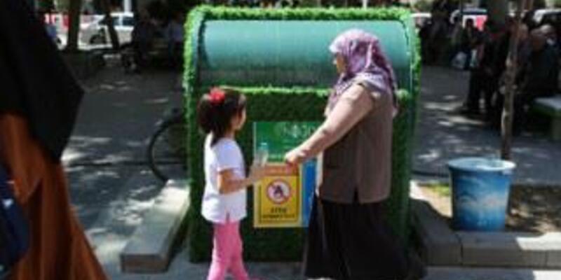 Niğde'de çöp kutuları artık suni çim kaplamalı