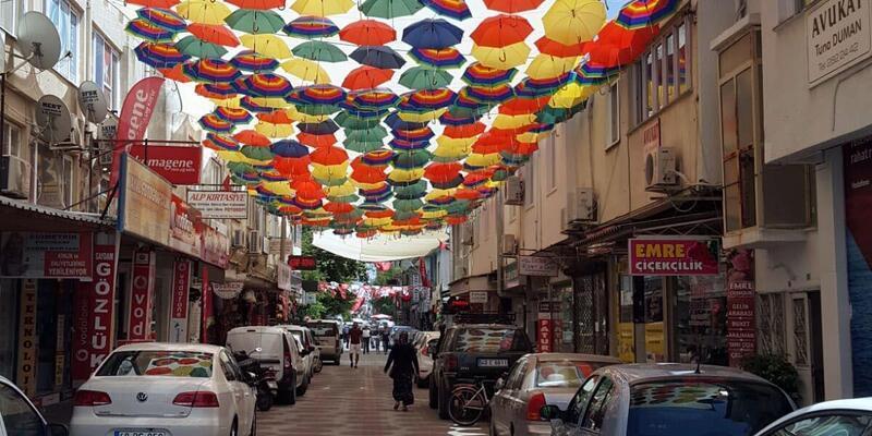 Güneşten korunmak için şemsiyeli güzellik