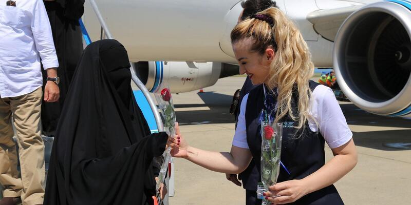 Trabzon'a ilk direkt uçuşla gelen Kuveytli turistlere karanfilli karşılama