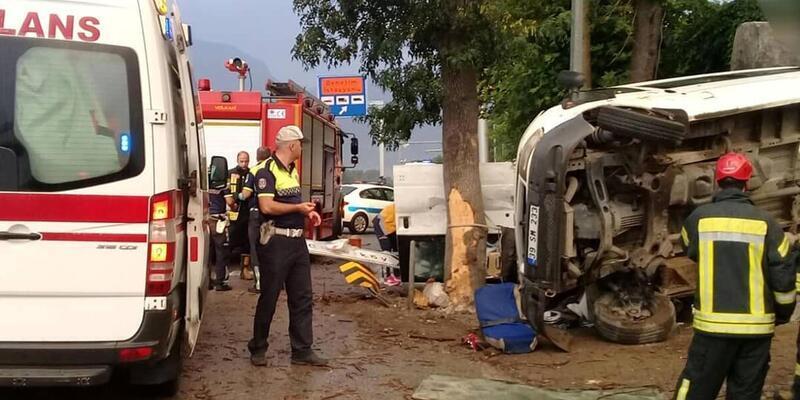 Manisa'da minibüs devrildi: 20 tarım işçisi yaralandı