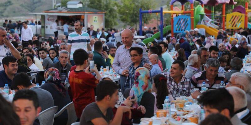 Başkan Çolakbayrakdar Emmiler'de iftar yaptı