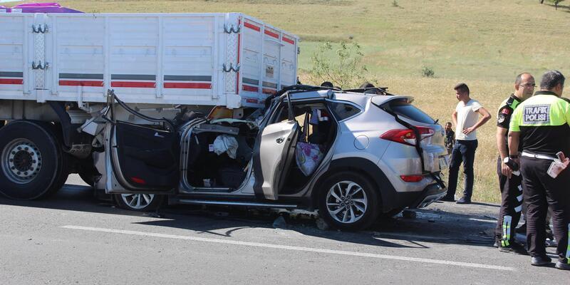 Otomobil, TIR'a çarptı: 2 ölü, 5 yaralı
