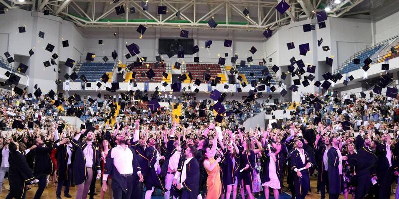 1200 gencin mezuniyet sevinci