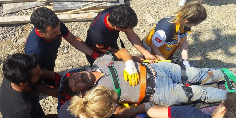 Çöken yolun altında kalan işçiyi itfaiye kurtardı