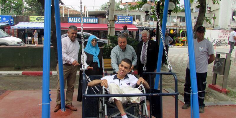 Şarköy'deki parka engelli salıncağı