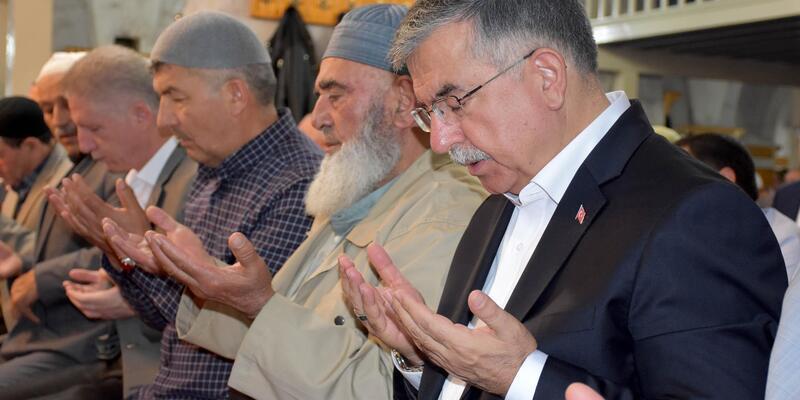Bakan Yılmaz, bayram namazını Ulu Cami'de kıldı