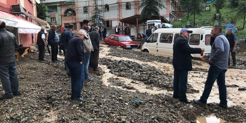 Gümüşhane'de sağanakta yol kapandı, araçlar hasar gördü