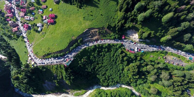 Tatilciler akın etti, Ayder Yaylası yolu kilitlendi