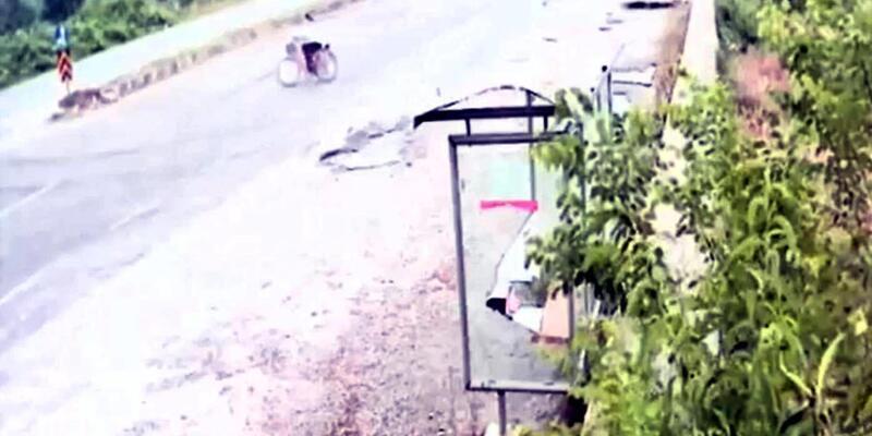 Otomobilin bisikletliye çarpma anı güvenlik kamerasında