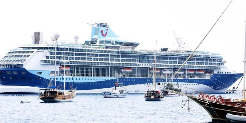 Gemiden inen turistler, Bodrum esnafının yüzünü güldürdü