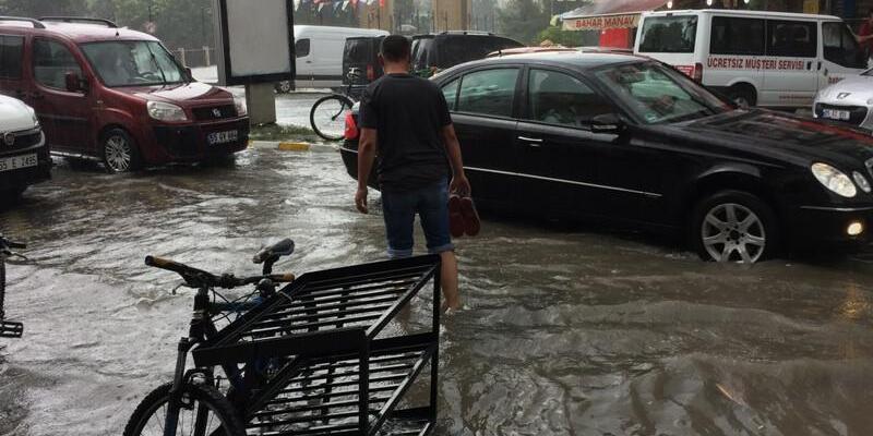 Çarşamba'da sağanak; pazar yerlerini su bastı