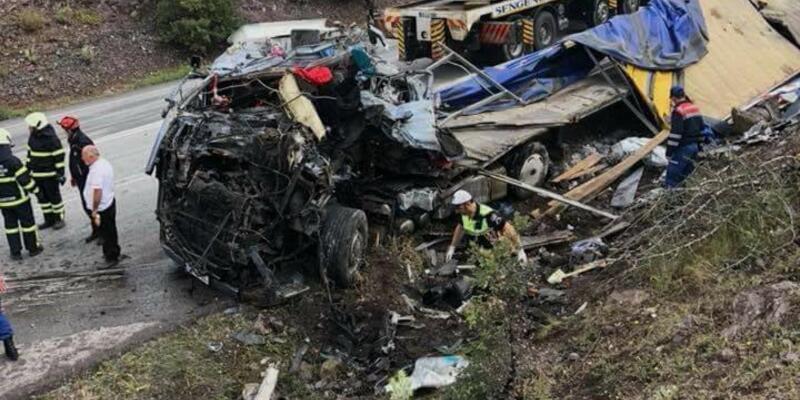 Devrilen TIR'ın altında kalan Gürcü sürücü öldü