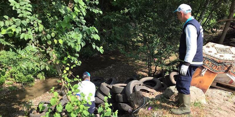 Sapanca'da gölü besleyen dereden 250 lastik çıkarıldı