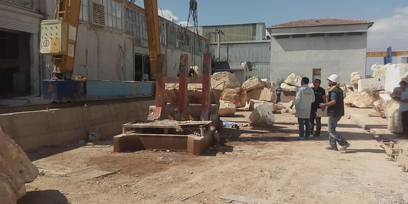 2 tonluk mermer blokun altında kalan işçi oldu