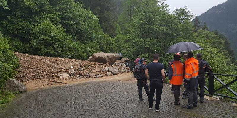 Maçka'da heyelan yol kapattı, mahsur kalan turistler kurtarıldı