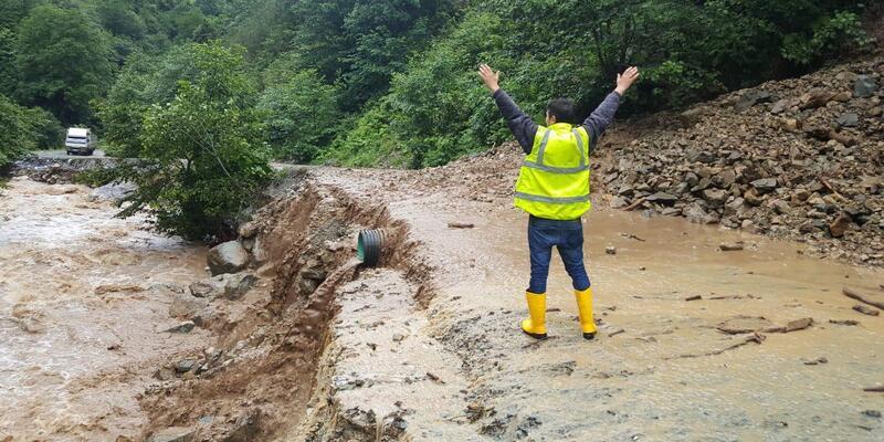 Trabzon'da sel suları, beton pompası ile kamyonu dereye böyle sürükledi (2)