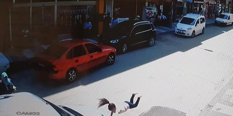 Hafif ticari aracın çarptığı Elanur'un savrulma anı kamerada