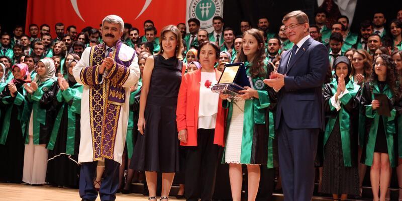 Davutoğlu, doktor yeğeninin mezuniyet törenine katıldı