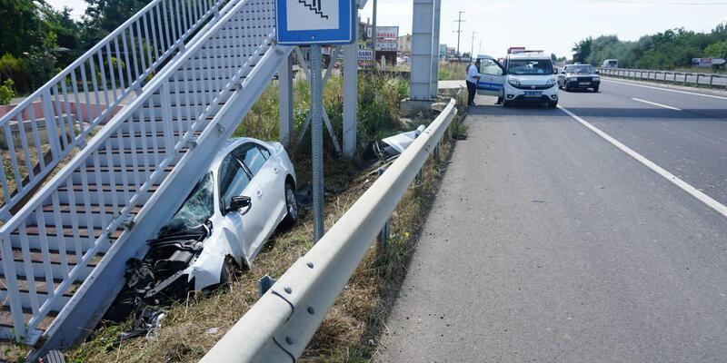Otomobil, üst geçit merdivenlerine çarptı: 2 yaralı