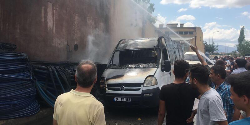 Sanayi sitesindeki yangın minibüsesıçradı