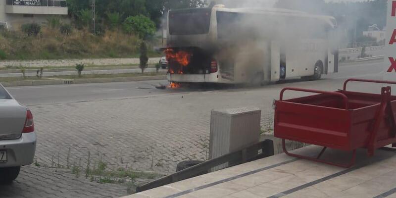 Sinop'ta hareket halindeki tur otobüsü yandı