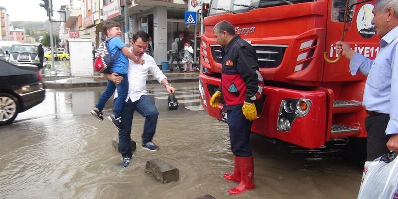 Kars'ta aniden bastıran yağmur, cadde ve sokakları göle çevirdi