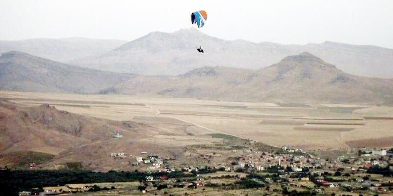 Derik'te yamaç paraşütü sporunu sevdirmeye çalışıyor