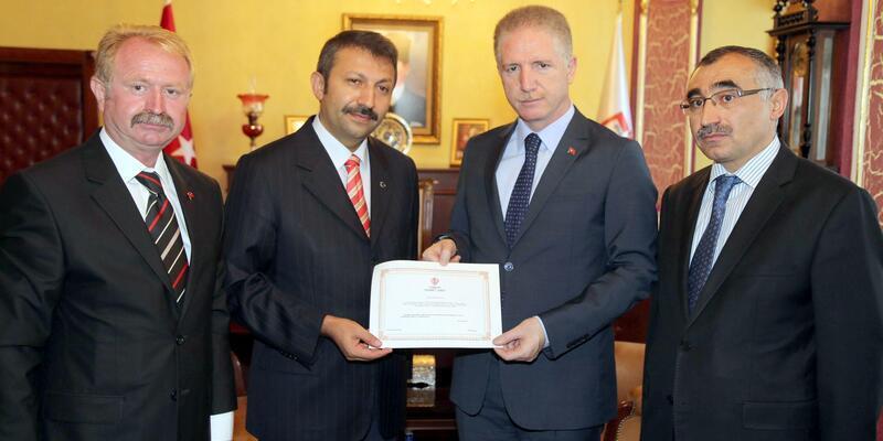Vali Gül kurbanını Türkiye Diyanet Vakfına bağışladı