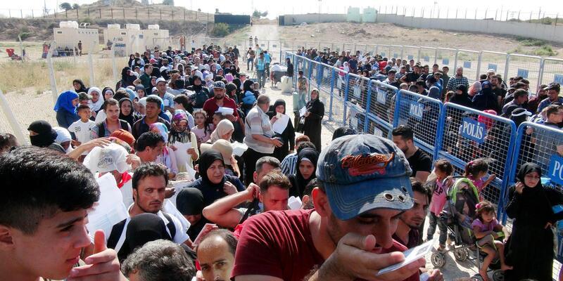 Suriyelilerin bayram ziyareti geçişinde izdiham