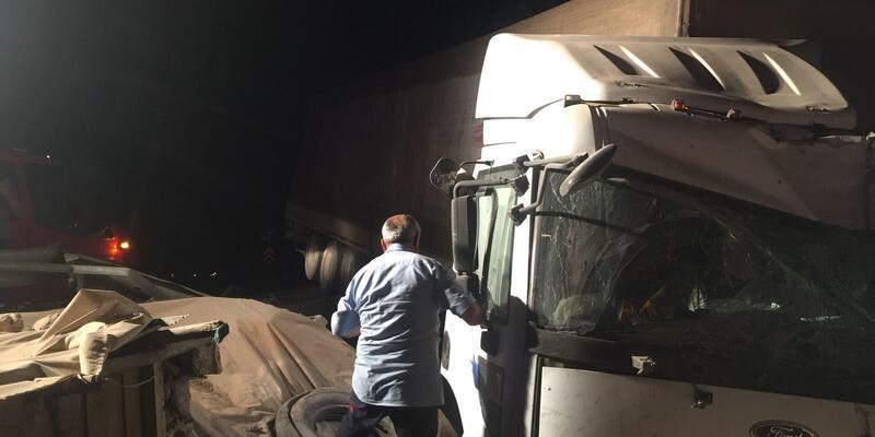 TIR eve girdi; sürücü yaralandı
