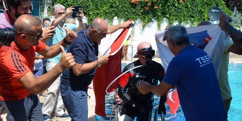 Emekli SAT komandosu su altında 301 kilo 115 gram kaldırdı