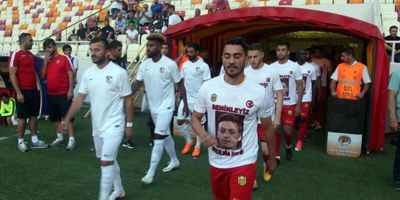 Sahaya Mesut Özil tişörtleriyle çıktılar