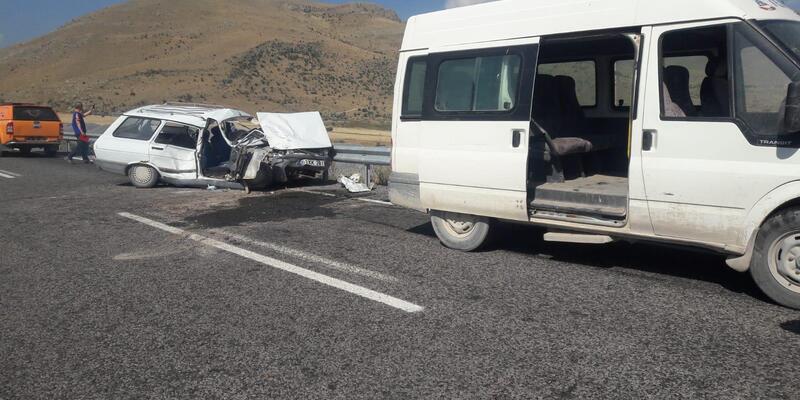 Otomobil, minibüse çarptı: 2 yaralı