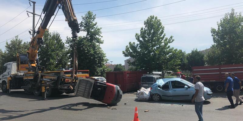 Forklift otomobilin üzerine devrildi
