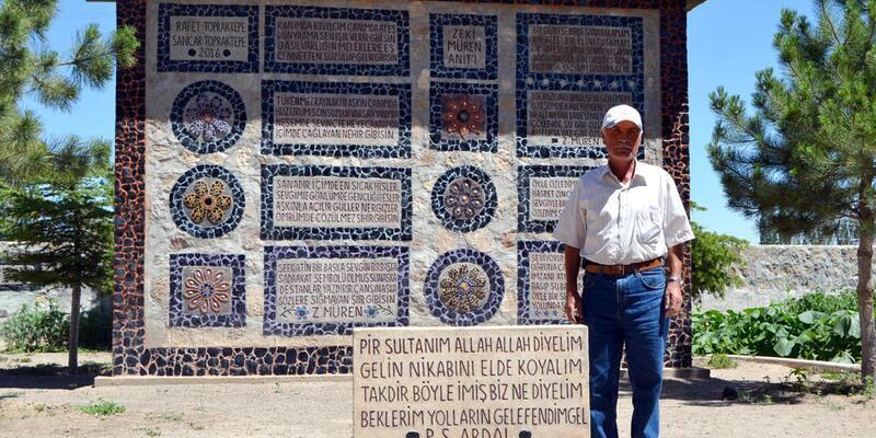 Evinin bahçesine taştan 'Zeki Müren Anıtı' yaptı