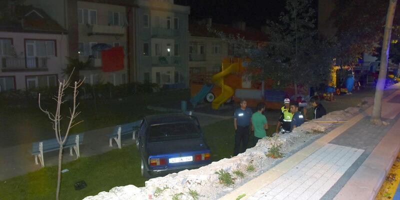 Alkollü sürücünün kullandığı otomobil, parka uçtu