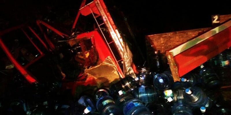 Toprak yığınına çarpan kamyonun şoförü öldü