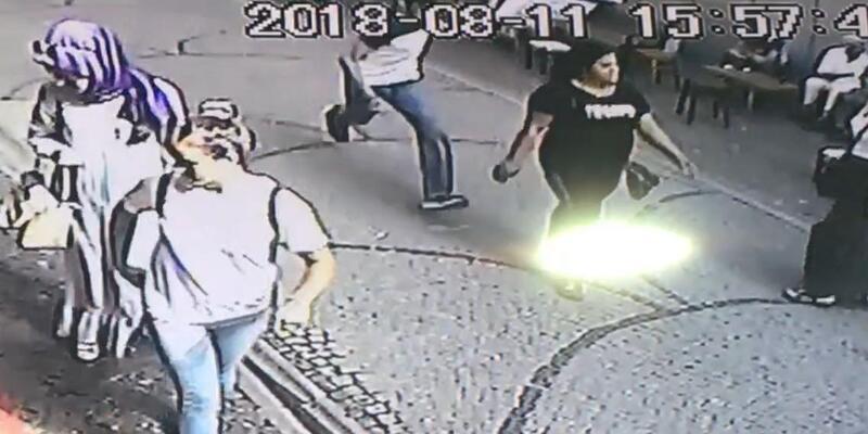 Kız arkadaşını sokak ortasında sırtından bıçakladı