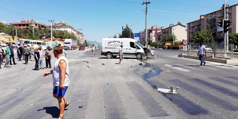 Otomobil, önce minibüse ardından çöp konteynerine çarptı: 4 yaralı