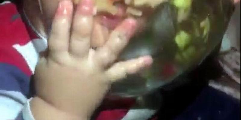Küçük Burak'ın salatayı iştahla yediği anlar ilgi gördü