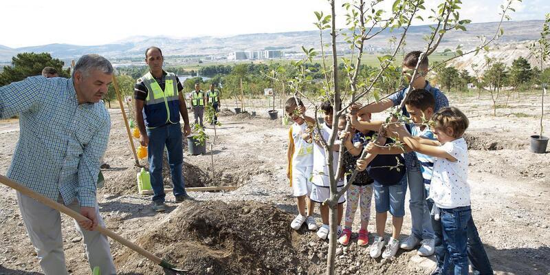 Başkan Çelik, çocuklarla ağaç dikti