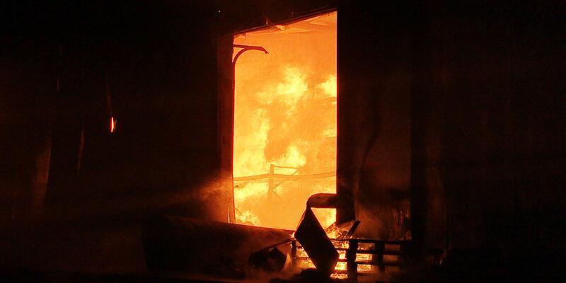 Sakarya'da fabrika alev alev yandı